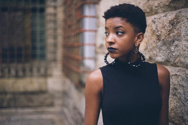 krátkovlasá černoška