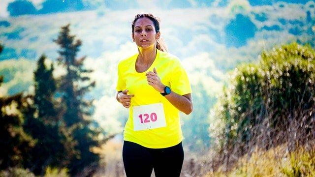 žena v žltom tričku, ktorá behá