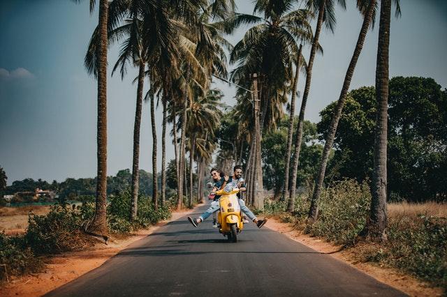 Muž a žena idúci na motorke.jpg