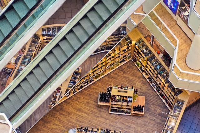 Veľké obchodné centrum fotené zhora.jpg