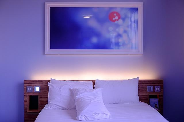 Spálňa so zrkadlom nad manželskou posteľou