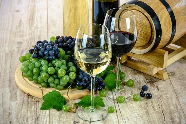 hrozno a víno na stole