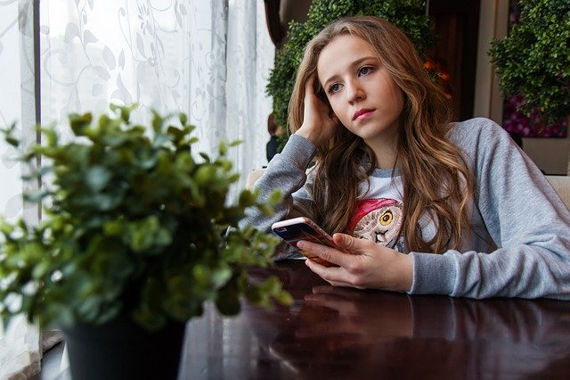 dívka v kavárně