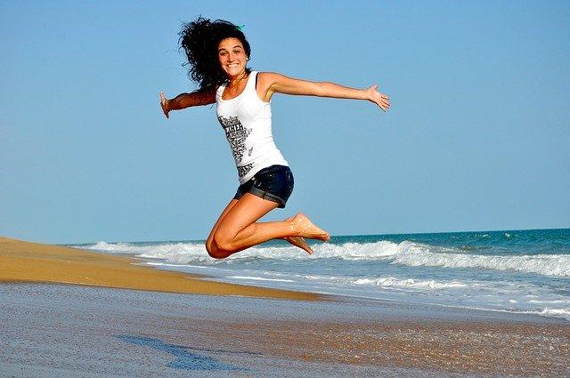 Žena na pláži.jpg