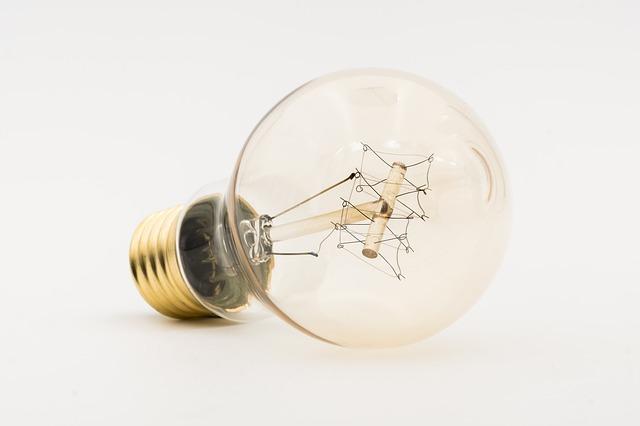 Detail na guľatú sklenené žiarovku na bielom pozadí.jpg