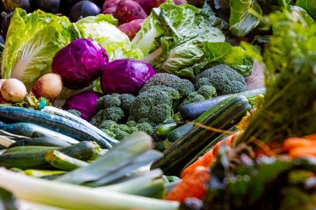 Rôzne farebné druhy zeleniny na kope