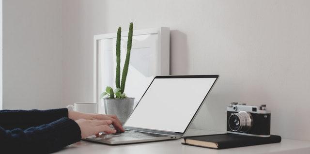 Človek pracuje pri stole na notebooku